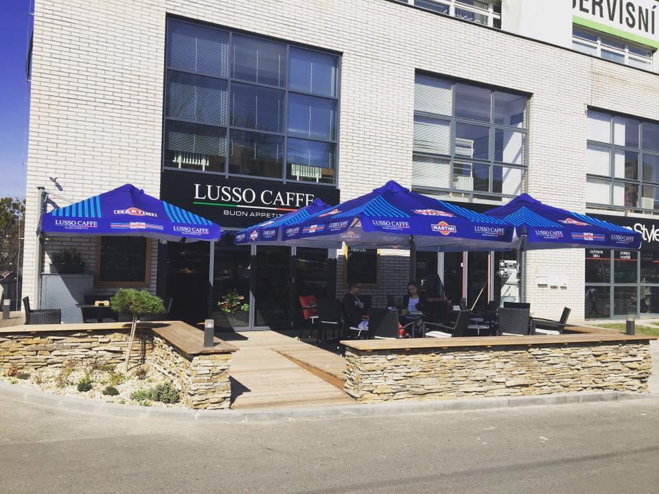 letní zahrádka kavárny Lusso Caffe Zlín