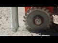 Oprava trhlin a spár na vozovce speciální frézou a zalévacím zařízením