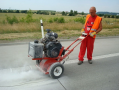 Řezání a zalévání trhlin v betonu, asfaltu - profesionální opravy silnic, cest a komunikací
