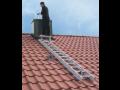 Profesionální žebříky na střešní krytinu pro bezpečný pohyb po střeše