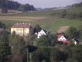 Obec Kovčín s blízkým Kovčínským rybníkem, největším v západních Čechách