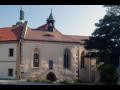 Docela velké divadlo vystavuje v kapli Svatého Ducha v Mostě – kostýmy, masky, rekvizity