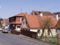 Karlova Ves, obec na Rakovnicku se starým hradem Týřov, v listnaté části CHKO Křivoklátsko
