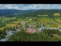 Obec Srní, horské středisko v centru Národního parku Šumava s hustou ...