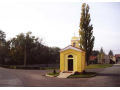 Kaplička se slunečními hodinami v obci Poštovice