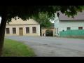 Obec Kbel v Plzeňském kraji, kostel Všech svatých, barokní budova bývalé fary, roubená chalupa