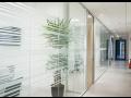 Výrobky ze skla - dveře, obklady, dělící stěny, sprchové kouty na míru ze sklenářství