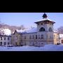 Obec Lipová-lázně s hornatým okolím vhodným pro turistiku, cykloturistiku, lyžování a běžkování