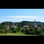 Obec Dobřany v Královéhradeckém kraji, barokní kostel sv. Mikuláše, roubená fara, zbytky hradu