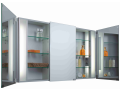 Moderní koupelnové galerky a nábytek z hliníkových profilů, zrcadel a barevného skla