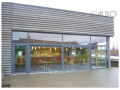 Dřevohliníkové prosklené fasády nejen pro autosalony a obchodní centra