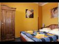 Manželská postel v hotelovém pokoji superior