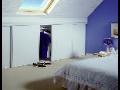 Vestavěné šatní skříně do atypických prostorů