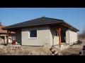 Strojní omítání urychlí stavbu domu.