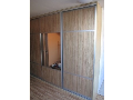 Vestavěné skříně šetří prostor a tvoří upravený dojem interiéru