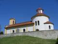 Obec Želkovice s novorománským kostelem s rotundou v Českém středohoří