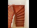 Interiérové schodiště ze dřeva hevea brasiliensis Jílové u Prahy – nízká cena, luxusní vzhled, snadná údržba