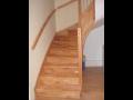 Interiérové schodiště ze dřeva hevea brasiliensis
