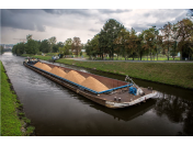 Betonárny v centru Prahy využívají ekologickou lodní dopravu kameniva po Vltavě