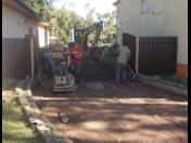 Oslovte odborníka na pokládku obrubníků a zámkové dlažby, či realizaci kanalizací