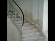 Čištění schodišť, sklepů a stropů tryskáním pomocí strojů torbo