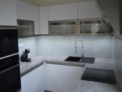 Granitové dřezy a drátěný program ve kvalitní kuchyni na míru
