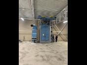Tryskání rozměrnějších kovových dílců v automatickém tryskacím stroji