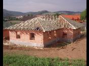 Výroba a montáž dřevěných příhradových vazníků pro nové střechy rodinných domů