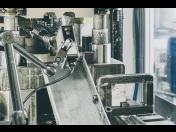 Ruční lisování kovových dílů a plechů za studena – zakázková výroba na CNC strojích