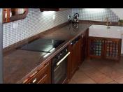 Výroba kamenných kuchyňských desek na míru - vysoká odolnost, přírodní materiál