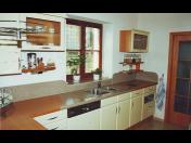 Výroba koupelnových a kuchyňských pracovních desek z  umělého, přírodního kamene