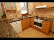 Kamenné kuchyňské desky, obklady krbů, parapety, schody