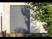 Předokenní venkovní žaluzie - dokonalé zastínění, úspora energie, stínící a bezpečnostní funkce