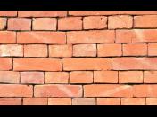 Cihly, kvalitní maltové směsi a další levný stavební materiál
