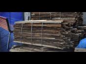 Suché štípané palivové dřevo, dřevěné brikety, odpadové dřevo-odřezky, odkory