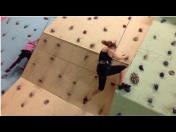 Lezecká stěna a badmintonové kurty s extrémně vysokým stropem pro důležité údery
