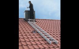 Profesionální žebříky pro bezpečný pohyb po střeše Brno