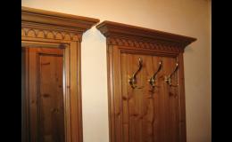 Drewniane rzeźbione listwy dodają meblom charakteru stwarzając przytulne mieszkanie Czechy