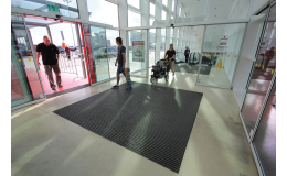 Reinigungsmatten zu Eingängen mit hoher Schmutzaufnahmefähigkeit in Hallen Tschechien
