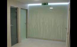 skleněné dveře a stěny na míru