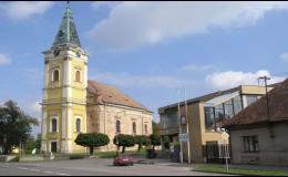 Malebná obec s kostelem sv. Stanislava, smiradským zámkem a historickou budovou radnice