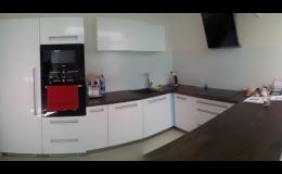 obklady stěn v kuchyni ze skla
