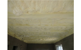 pěnová stříkaná izolace - aplikace na strop