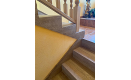 Moderní schodiště v dekoru dřeva
