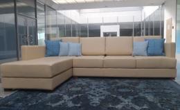Kvalitní čalouněný nábytek pro recepci hotelu, firmy