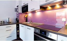 Jednobarevné grafické sklo za kuchyňskou linku Opava