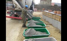 Čerstvé maltové směsi pro zdění a omítání stěn připravené k okamžitému použití