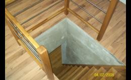 dřevěné vnitřní schodiště