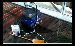 Přístroj na čištšní podlah je účinný a snadno se používá.