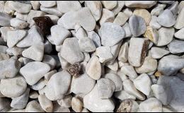 Omílaný bílý kámen
